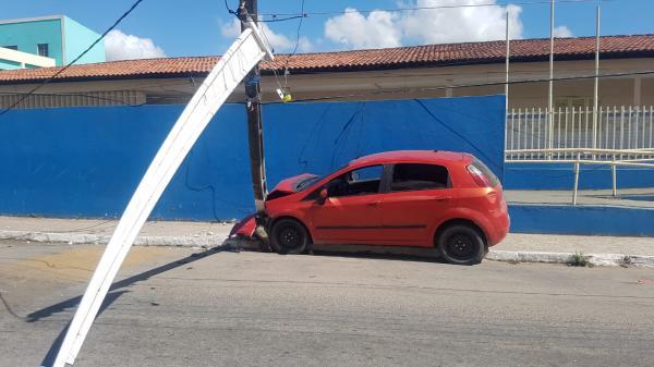 Condutor supostamente embriagado bate em poste no centro de São Miguel dos Campos - São Miguel dos Campos